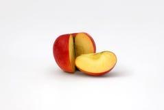 Geschnittener roter Apfel getrennt lizenzfreies stockfoto