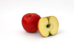 Geschnittener roter Apfel getrennt stockfoto