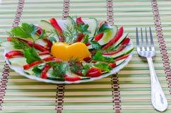 Geschnittener Salat auf einer Platte Stockfotos