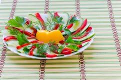 Geschnittener Salat auf einer Platte Stockbilder