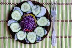 Geschnittener Salat auf einer Platte Lizenzfreies Stockfoto