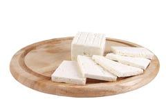 Geschnittener weißer Käse auf Platte Lizenzfreies Stockfoto