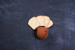 Geschnittenes †‹â€ ‹Brot auf schwarzem Brett lizenzfreie stockfotos