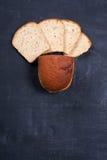 Geschnittenes †‹â€ ‹Brot auf schwarzem Brett stockbild