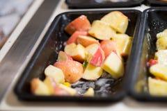 Geschnittenes Apple für Abendessen stockfotos