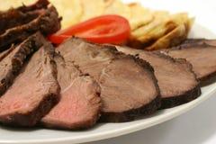 Geschnittenes Bratenfleisch und -kartoffeln Stockbild