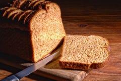 Geschnittenes Brot auf einem Ausschnitt-Vorstand Stockfotografie