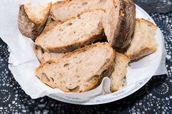 Geschnittenes Brot auf einem hackenden Brett Stockbild