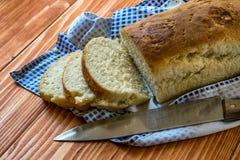 Geschnittenes Brot auf einem Holztisch Lizenzfreie Stockfotografie