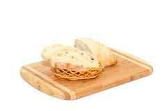 Geschnittenes Brot, das auf Schneidebrett liegt Stockfotografie