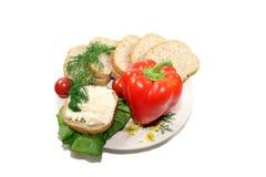 Geschnittenes Brot mit Gemüse Stockfotografie