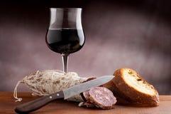 Geschnittenes Brot mit Salami stockfotografie