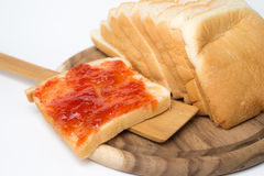 Geschnittenes Brot mit Stau Stockfotografie