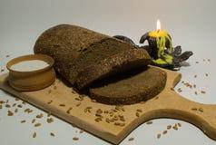 Geschnittenes Brot, Salz und Kerze Stockfotografie