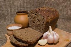 Geschnittenes Brot, Salz und Knoblauch Stockfotografie