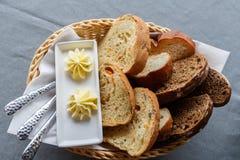 Geschnittenes Brot und Butter Stockfotografie