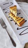 Geschnittenes cheesecakee mit Schokoladensoße Lizenzfreies Stockfoto