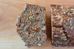 Geschnittenes chrono Brot mit Samen, Abschluss oben von oben Lizenzfreies Stockbild