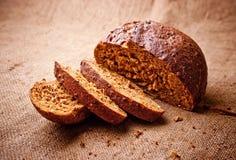 Geschnittenes dunkles Brot Stockfoto