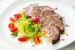 Geschnittenes Fleisch mit Frischgemüse Stockfoto