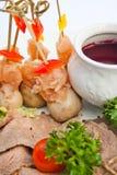 Geschnittenes Fleisch mit Soße Stockfoto