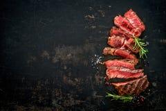 Geschnittenes halb gares gegrilltes Rindfleisch ribeye Steak lizenzfreies stockfoto