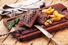 Geschnittenes halb gares gegrilltes Steak Ribeye Stockbild