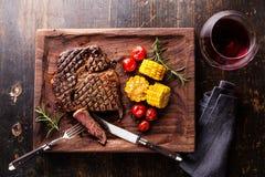 Geschnittenes halb gares Steak Ribeye mit Mais- und Kirschtomaten Stockfoto