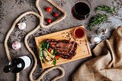 Geschnittenes Haupt-ribeye Steak auf schwarzer Steinplatte lizenzfreies stockfoto