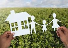 Geschnittenes Heraushaus und -familie überreicht herein Landschaft stockbild