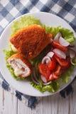 Geschnittenes Huhn cordon bleu und Salatnahaufnahme Vertikale Draufsicht Stockfoto