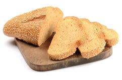 Geschnittenes Laib des Brotes auf einem Ausschnittvorstand Stockbild