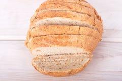 Geschnittenes Laib des Vollweizen-Brotes Stockfotos