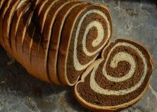 Geschnittenes Laib Marmor-Rye-Brotes auf grauer Steinmarmoroberfläche Stockbilder