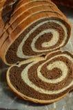 Geschnittenes Laib Marmor-Rye-Brotes auf grauer Steinmarmoroberfläche Stockfotografie