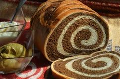 Geschnittenes Laib Marmor-Rye-Brotes auf Leinwand mit Teller des Senfes Lizenzfreie Stockfotos