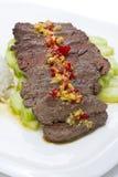 Geschnittenes Mahlzeitfleisch mit Knoblauch und Gurke des roten Pfeffers Stockbild