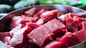 Geschnittenes Marmorrindfleisch in einer Platte stock footage