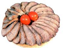 Geschnittenes Rindfleisch mit Tomaten Lizenzfreie Stockbilder