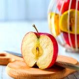 Geschnittenes rotes Apple auf hölzernem Brett Lizenzfreie Stockbilder
