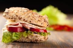Geschnittenes Schinken- und Käsesandwich Lizenzfreie Stockfotos