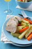 Geschnittenes Schweinebratenzartes lendenstück mit Kartoffeln und Karotten Stockfotos