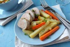 Geschnittenes Schweinebratenzartes lendenstück mit Kartoffeln und Karotten Lizenzfreies Stockbild