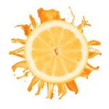 Geschnittenes Zitronespritzen mit dem Orangensaft getrennt Stockfotografie