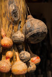 Geschnitzte dekorative afrikanische Kürbisse, die am Beitrag hängen Stockbild