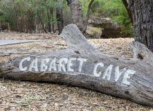 Geschnitzte Eingang Kabarett-Höhle unterzeichnen herein Nationalpark Yanchep lizenzfreies stockbild