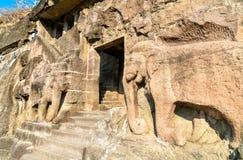 Geschnitzte Elefanten am Eingang von Höhle 16, das Ajanta höhlt Komplex aus Maharashta, Indien Stockfotos
