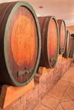 Geschnitzte Fässer im Weinkeller des großen slowakischen Produzenten. Stockbild