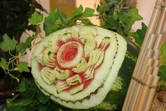 Geschnitzte Frucht der Wassermelone, zum der Form zu blühen und von Blättern zu grünen stockfotografie