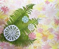 Geschnitzte grüne Farnblätter und Papierschneeflocken Stockbild